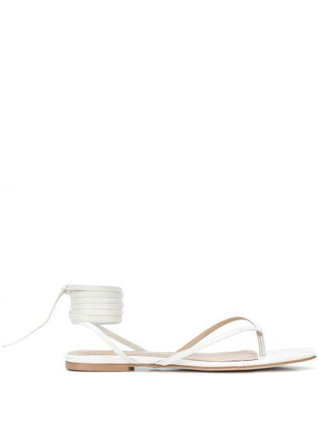 Белые сандалии на каблуке из крокодила с тиснением Brother Vellies