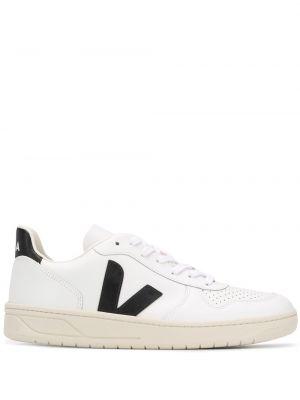 Белые кроссовки с перфорацией на шнуровке на каблуке Veja