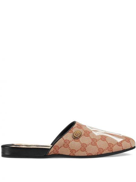 Beżowe kapcie skorzane z haftem Gucci