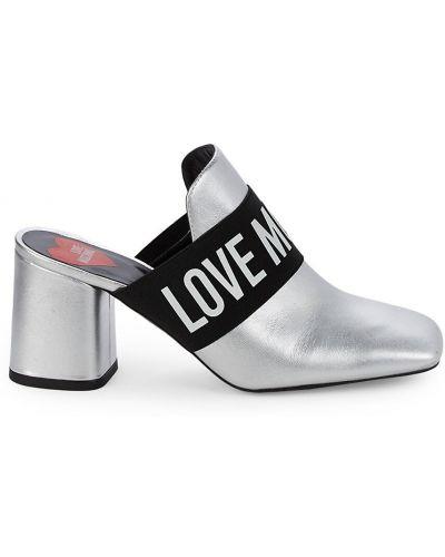 Серебряные кожаные мюли на каблуке Love Moschino