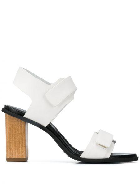 Кожаные белые открытые босоножки на каблуке Christian Wijnants