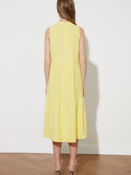 Приталенное желтое платье миди с воротником Trendyol