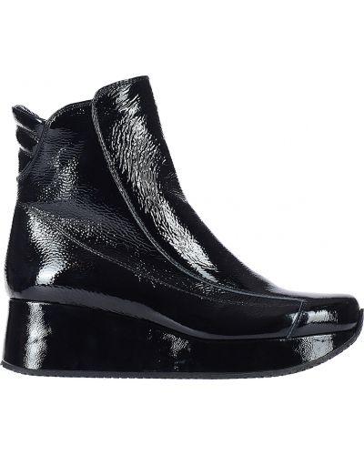 Черные ботинки на каблуке Kelton