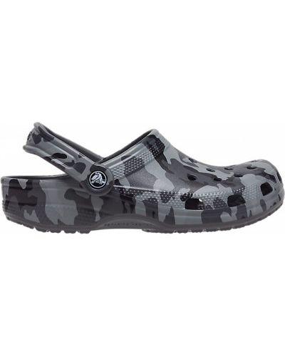 С ремешком серые пляжные сабо Crocs