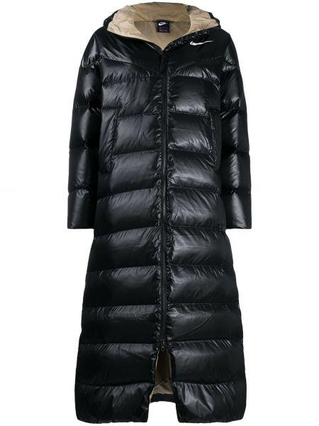 С рукавами черное пуховое длинное пальто с перьями Nike