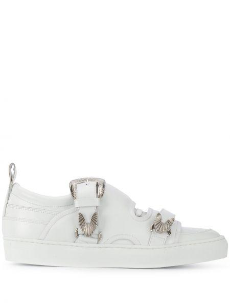 С ремешком белые кожаные кроссовки на шнуровке Toga Virilis