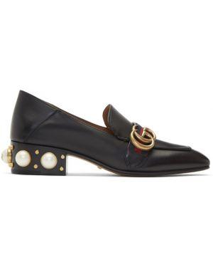 Кожаные черные лоферы на каблуке с жемчугом Gucci