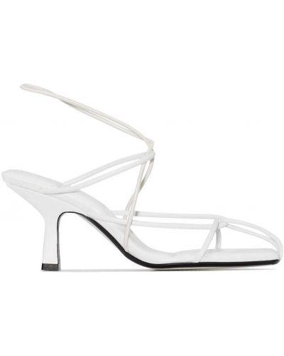 Białe sandały na obcasie skorzane Khaite