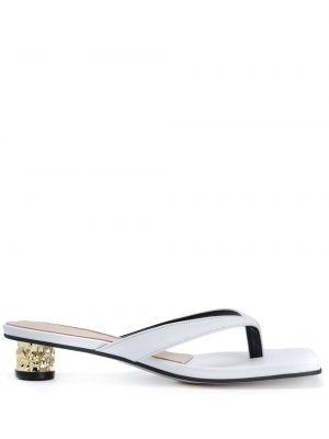 С ремешком белые босоножки на каблуке квадратные Yuul Yie