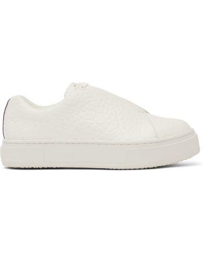 Białe sneakersy na obcasie koronkowe Eytys