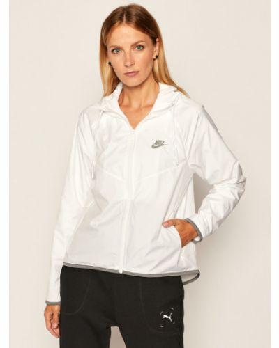Biała wiatrówka Nike