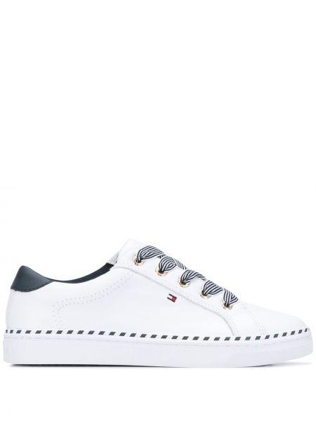 Хлопковые белые кроссовки на шнуровке на плоской подошве Tommy Hilfiger