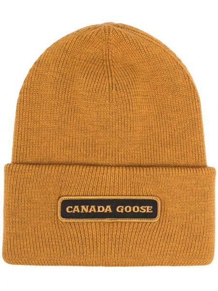 Желтая трикотажная шапка бини с нашивками Canada Goose