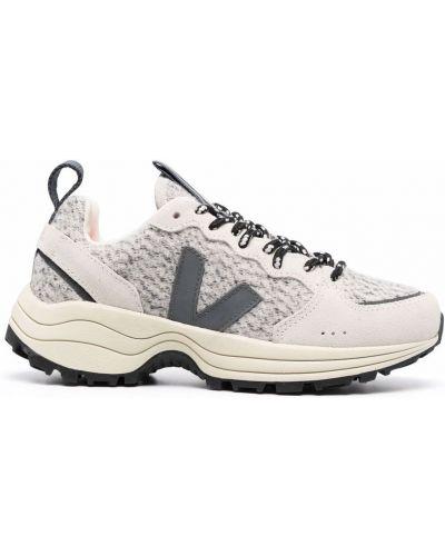 Серые кроссовки с заплатками Veja