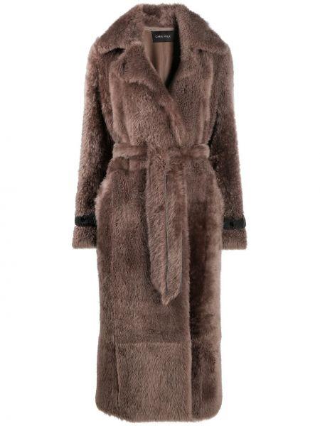 С рукавами коричневая длинная шуба с воротником из овчины Cara Mila
