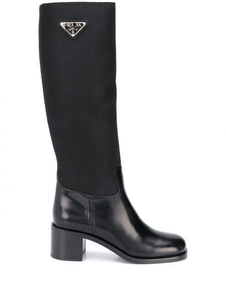 Z trójkątnymi miseczkami czarny buty w połowie kolana Prada