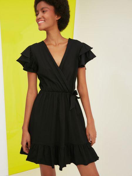 Трикотажное черное платье мини с вырезом Trendyol