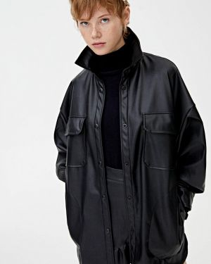 Кожаная куртка черная осенняя Pull&bear