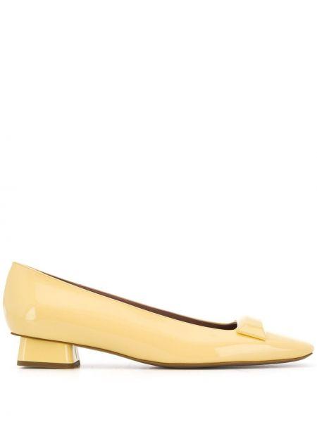 Кожаные желтые балетки на каблуке с квадратным носком Rayne