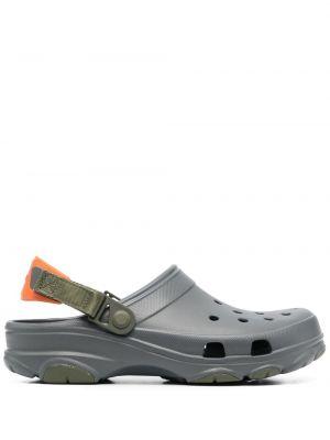 С ремешком серые сабо на каблуке Crocs