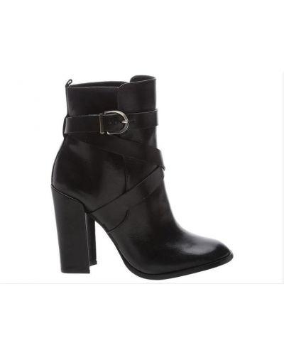 Czarne ankle boots Schutz
