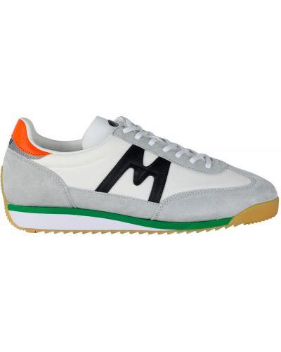 Białe sneakersy materiałowe Karhu