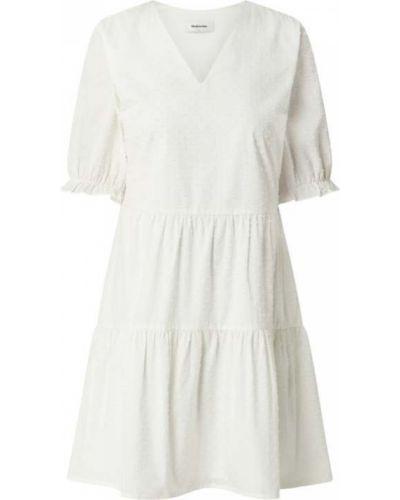 Sukienka rozkloszowana z falbanami - biała Modström