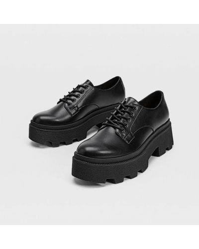 Черные туфли без каблука на шнуровке Stradivarius