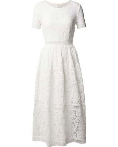 Biała sukienka z haftem Apart Glamour