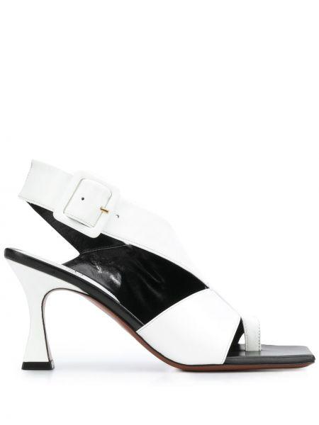 Кожаные белые босоножки на каблуке с пряжкой Manu Atelier