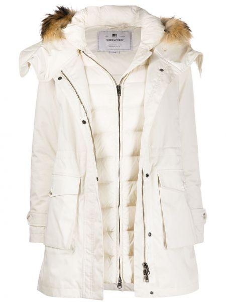 С рукавами белое пуховое стеганое пальто с опушкой Woolrich