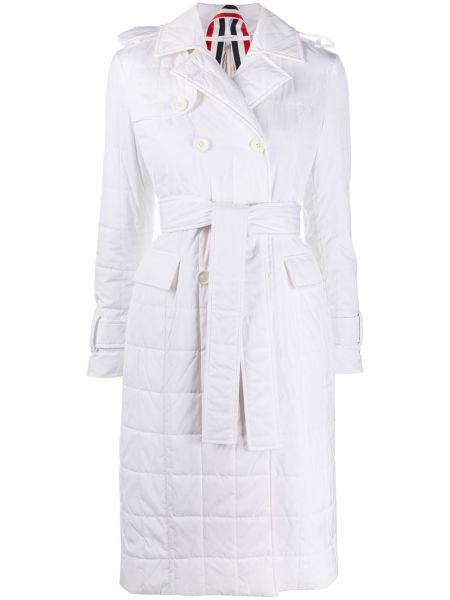 Biały długi płaszcz bez rękawów w paski Thom Browne