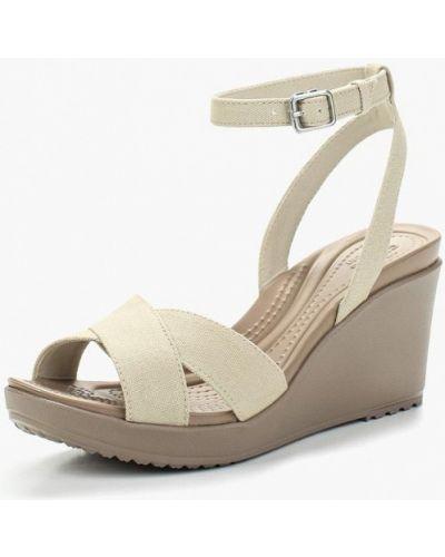 Бежевые босоножки на каблуке Crocs