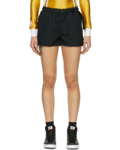 Czarne szorty z haftem z paskiem Nike