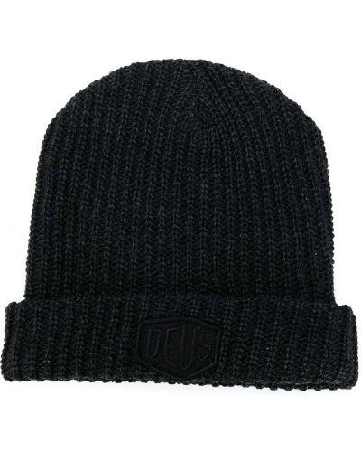 Серая акриловая шапка бини в рубчик с нашивками Deus Ex Machina