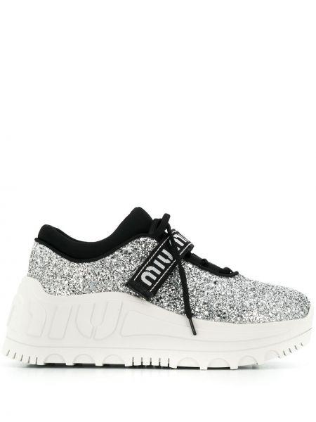 Wysoki sneakersy białe z brokatem Miu Miu