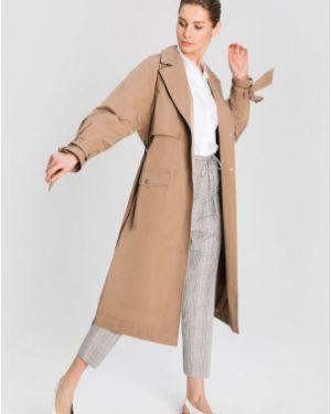 Бежевое пальто на кнопках с поясом с кокеткой Ostin