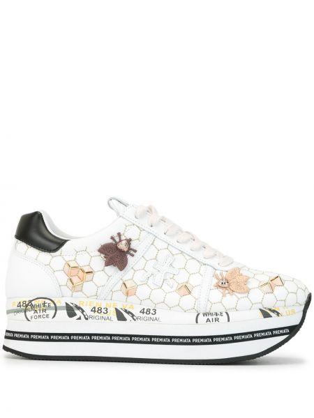 Белые кроссовки на платформе на шнуровке на каблуке с заплатками Premiata