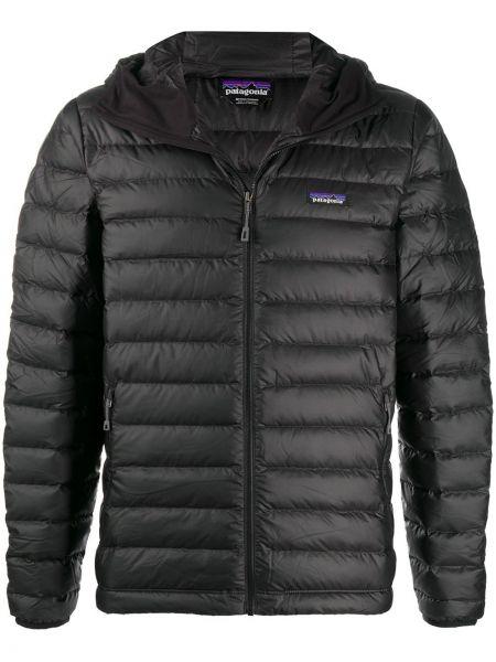 Брендовая черная куртка с нашивками Patagonia