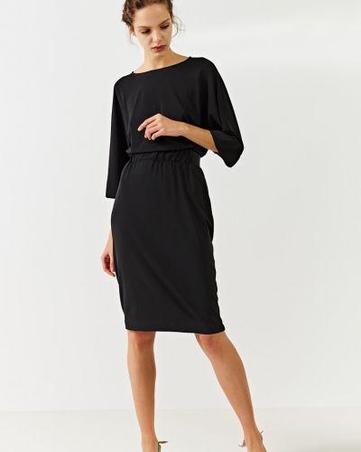 Платье миди однотонное с вырезом Simple