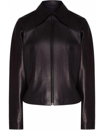 Черная кожаная короткая куртка матовая Izeta