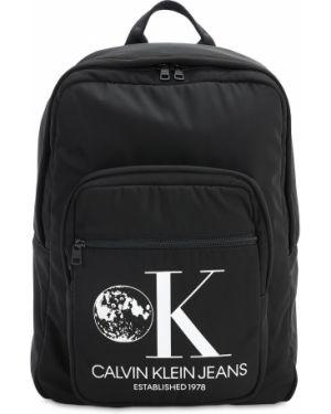 Czarny plecak z nylonu z printem Calvin Klein Established 1978