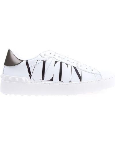 Кожаные кроссовки с надписью с шипами Valentino