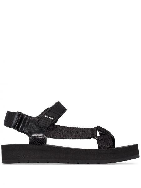 Czarne sandały skorzane z haftem Prada