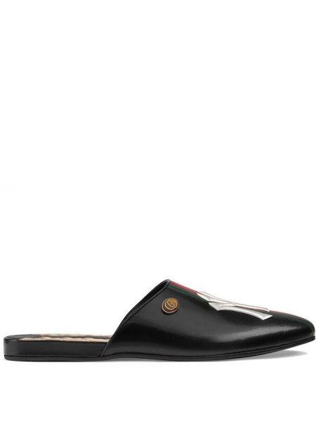 Czarne kapcie skorzane z haftem Gucci