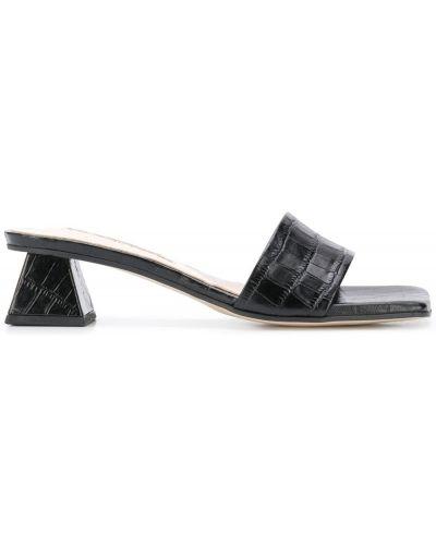 Кожаные черные мюли на каблуке с тиснением Yuul Yie