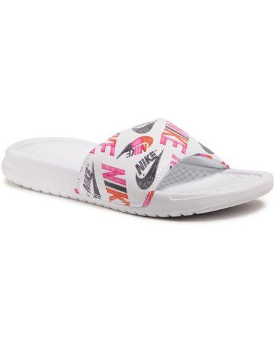 Białe klapki z printem Nike