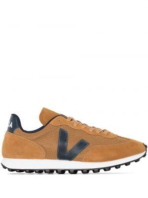 Коричневые кроссовки с нашивками сетчатые на шнуровке Veja