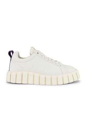Białe sneakersy na platformie sznurowane Eytys