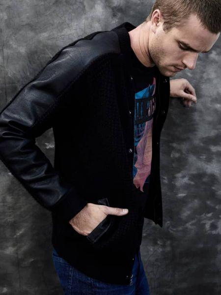 Czarny kardigan z haftem z długimi rękawami Guess